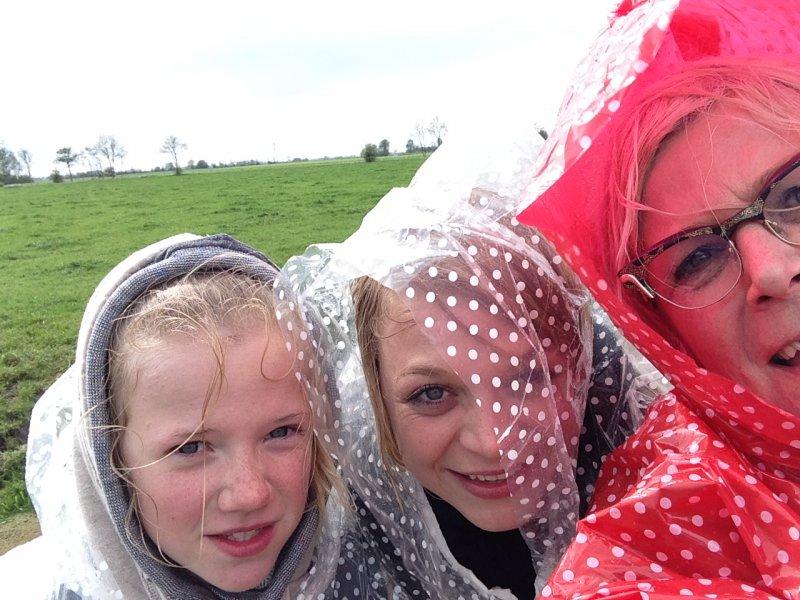 Regen, poncho's en gieren van het lachen
